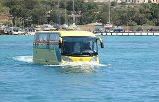 AmphibusEm ambiente aquático, o veículo recolhe suas rodas, para ter melhor hidrodinâmica