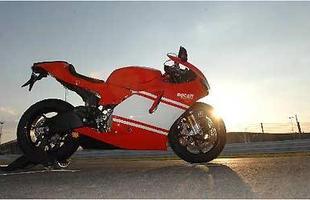 Motor V4 com 989 cm³ e estonteantes 200 cv e 11,8 kgfm