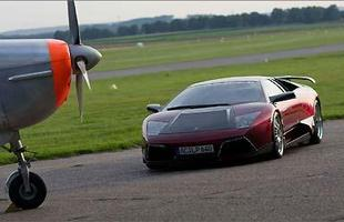 Um novo kit aerodinâmico é instalado, com spoilers, saias, difusor e aerofólio