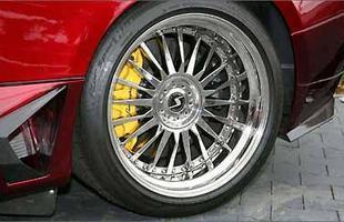 Rodas aro 20 com 'gorduchos' pneus 335/30 na traseira