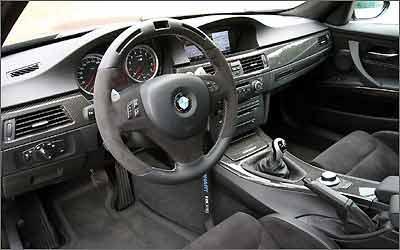 Interior com revestimento em couro normal e do tipo Alcântara e detalhes em fibra de carbono
