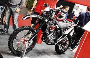 Apresentada mundialmente no Brasil, a moto tem decoração predominantemente preta