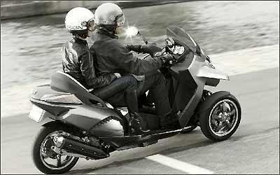Como num scooter, os dois passageiros sentam enfileirados em confortáveis bancos