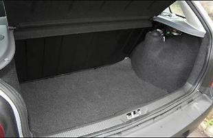 Porta-malas de 285 litros pode ser ampliado com o rebatimento - integral - do encosto do banco traseiro