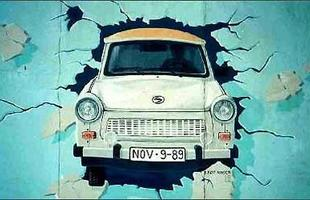 O modelo se tornou um ícone de um mundo que não existe mais: vivo em grafite no Muro de Berlim