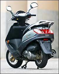 O motor, com um cilindro e refrigeração a ar, fornece 10,3cv a 8.000rpm.