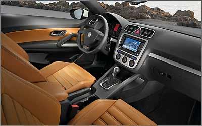 Painel é o mesmo do coupé cabriolet Eos, com bom acabamento e volante com base achatada