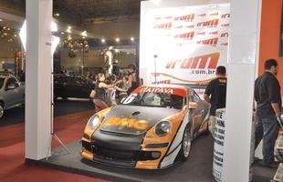 Um 911 GT3 posa ameaçadoramente no stand do Vrum