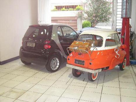 A bitola traseira da Isetta é tão estreita que muitos confundem o simpático modelo com um triciclo