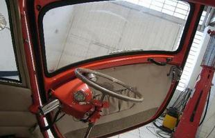 Geladeira: para dar acesso ao seu interior, a porta dianteira da Isetta se abre e leva consigo o volante