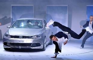 Um grupo de dançarinos faz uma performance durante a revelação do Volkswagen NCC