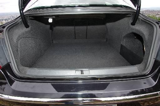 O porta-malas comporta 432 litros, mas a tampa não tem puxador interno, para facilitar o fechamento