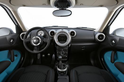 O interior abusa de formas arredondadas e possui um grande instrumento central com uma tela de LCD que agrega informações variadas