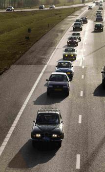 Um comboio de modelos da Saab em Utrecht, na Holanda, seguindo em protesto