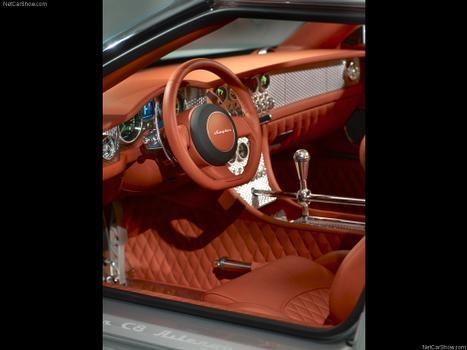 Como já é tradição na Spyker, o acabamento abusa do refinamento do couro e alumínio, sempre com inspiração em antigos aviões