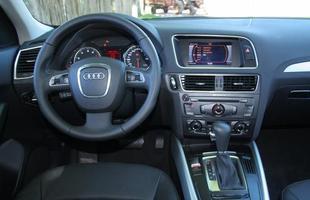 O painel oferece boa ergonomia, com volante multifuncional e instrumentos legíveis