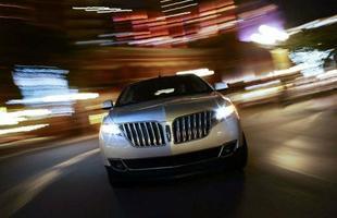 A dianteira do Lincoln MKX investe na grade bipartida, com largos filetes verticais