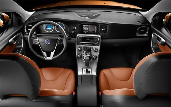 O interior conta com boa ergonomia e oferece espaço para cinco passageiros