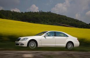 O modelo acelera de zero a 100 km/h em 7,2 s, emitindo 186 g de dióxido de carbono, contra a marca de 234 g/km do S350