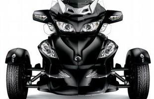 No triciclo, o motor gera 100 cv de potência a 7.500 rpm e 10 kgfm de torque a 5.500 giros