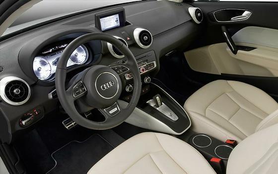 Detalhes diferenciados: o quadro de instrumentos conta com uma tela LCD, enquanto a alavanca do câmbio é estilizada