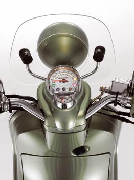 Painel tem fundo branco e marcador de combustível e velocímetro