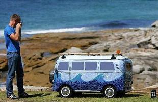 A kombi virou uma escultura em Sidney, Austrália, em homenagem aos surfistas