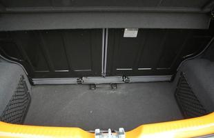 Porta-malas de 260 litros é limitado, mas pode ser ampliado com o deslizamento do banco traseiro