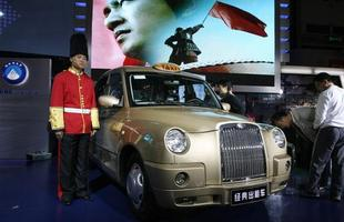 Paternidade reconhecida - um chinês vestido de guarda britânico posa ao lado de um TX4, no Salão de Shangai de 2007