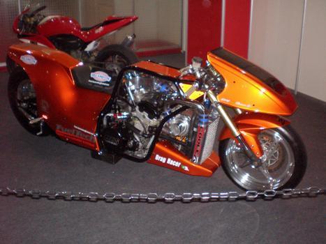 Feita com um motor 1.300 de Suzuki Hayabusa, essa dragster conta com 450 cv de potência
