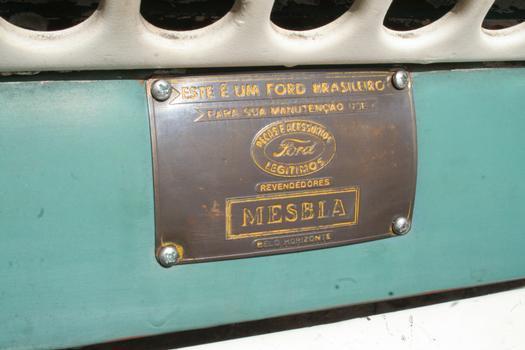 Uma plaqueta destaca que 'este é um Ford brasileiro' e que a manutenção deve ser feita com peças originais em revendedores Mesbla (que vendeu o carro 0 km)