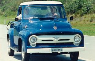 A primeira F100 tinha o capô alto, para-lama destacado da carroceria e faróis circulares