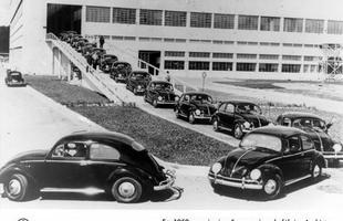 Fila de Fuscas recém-produzidos saindo da fábrica Anchieta, em 1959