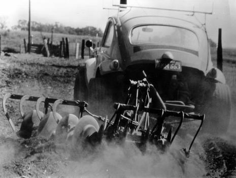 Em um belo flagrante de sua vocação para o trabalho, um modelo Baja reboca um arado