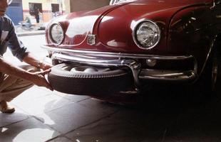 O estepe ficava em um compartimento sob o para-choque dianteiro. Por isso, o pneu ficava limpo e fácil de pegar