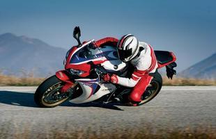 A moto conta com um amortecedor de direção eletrônico desenvolvido nas pistas