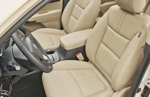 Além do preto, há a opção de couro bege. O banco do motorista é elétrico nas versões mais caras