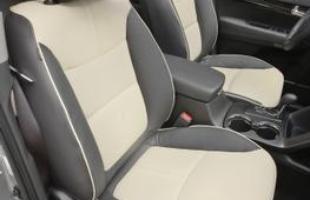 Entre as combinações de cores do interior, há uma opção bicolor: marfim e preto