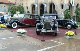 Cadillac V8 1916 (C) e V12 1937 (D), do Packard Dietrich 1933 e do Grand Hotel