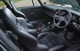 O interior pode seguir o original ou trazer toques mais modernos - para clientes de outros países, a PS AutoArt instala o volante no lado esquerdo