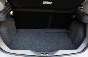 As caixas de rodas acabam roubando espaço no porta-malas