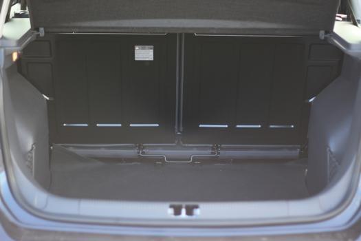 Modelo passa pela mesma reestilização que o hatch, mas ganha câmbio automatizado