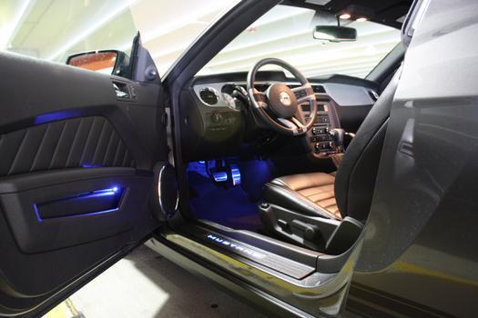 Interior requintado com LED´s na soleira, nas portas e no assoalho que ilumina os pedais. Bancos em couro e regulagem elétrica garantem a sofisticação que pede o Mustang