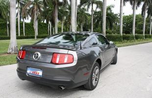 Mesmo na versão mais simples, o Mustang se mostra imponente sem ser arrogante
