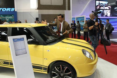 Um sósia do Mr. Beam divertiu os jornalistas que acompanharam a apresentação dos modelos da marca