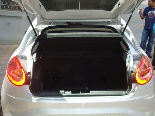 Acesso ao bagageiro e bom e ele comporta 400 litros. Ótimo para um hatch.
