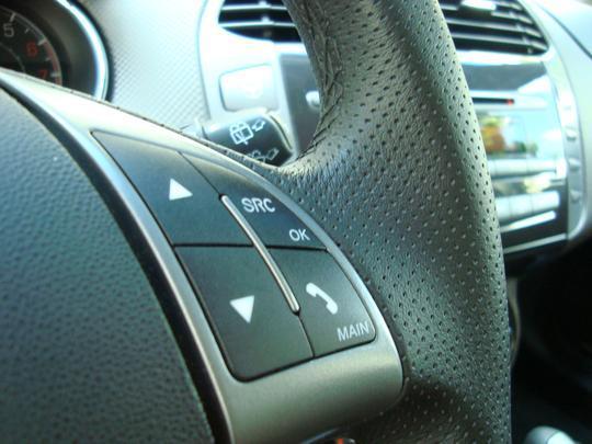 Controles do som no volante permite atender e fazer uma ligação por celular