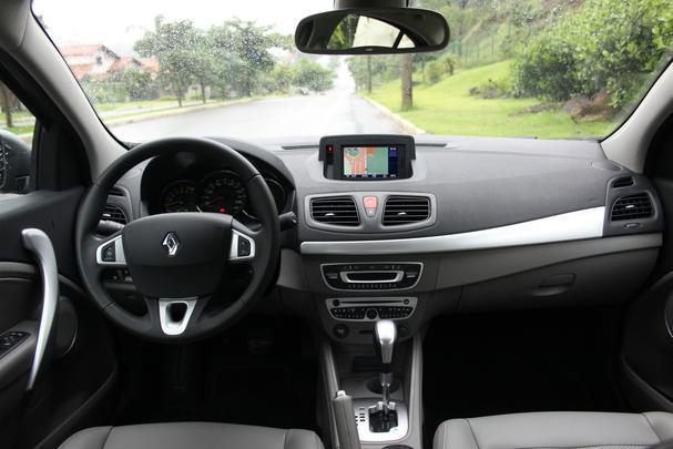 Renault oferece grande pacote de itens de série, que se somam ao habitáculo bicolor em para emprestar requinte ao sedã