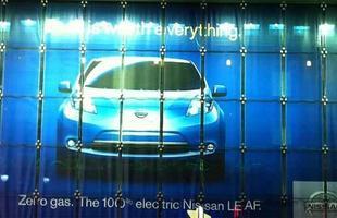Anúncio do Nissan Leaf na fachada da loja de brinquedos destaca o apelo ecológico do carro elétrico