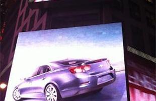 Chevrolet anunciou o novo Malibu em um cartaz eletrônico vertical no prédio da Reuters